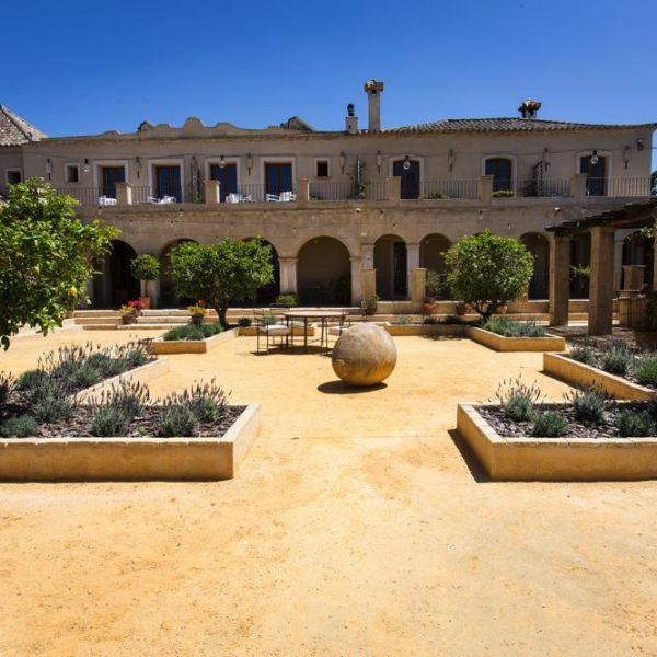 Casa y Jardines